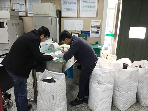 清华同衡第一党支部爱心衣物捐献活动1.jpg